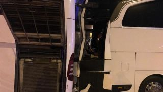 Kocaeli'de TIR, 2 yolcu otobüsüne çarptı: 1'i ağır 8 yaralı