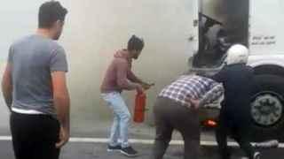 Alev alev yanan kamyon için vatandaşlar seferber oldu